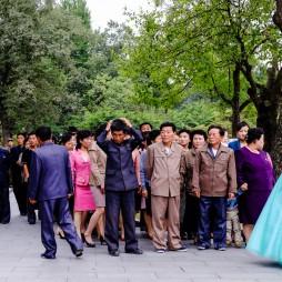 aufgeregt wartende Bürger am Geburtshaus des Präsidenten Kim Il Sung, wo er im Alter von fünf Jahren die Juche- Ideologie erfand.