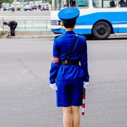 Verkehrspolizisten, man sieht sie überall in der Stadt, meist sehr hübsche junge Frauen deren Hauptaufgabe es ist, bei der Vorbeifahrt von Militärfahrzeugen zu salutieren.