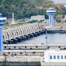 Die West Sea Barrage in Nampho, http://de.wikipedia.org/wiki/Taedong-gang#Westmeerstaudamm
