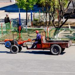 Eine Art Rasenmäher auf Rädern mit Anhänger, die verbreiteteste Maschine auf dem Land.