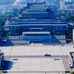 Der Kim-Il-Sung-Platz mit der Großen Studienhalle des Volkes, vom Juche-Turm gesehen.