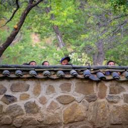 Wir besichtigen ein buddhistisches Kloster, als erste Touristen überhaupt, sagt man uns, die Mönche sind zufällig grad in den Bergen. Dafür sind eine Menge Kinder sehr neugierig auf uns.