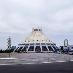 Die Eissporthalle, erinnert mich immer etwas an den Pallazetto dello Sport von Pier Luigi Nervi in Rom. http://de.wikipedia.org/wiki/Eissporthalle_Pjöngjang