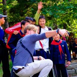 Stefan erklärt der Pjöngjanger Jugend das Prinzip Selfie.