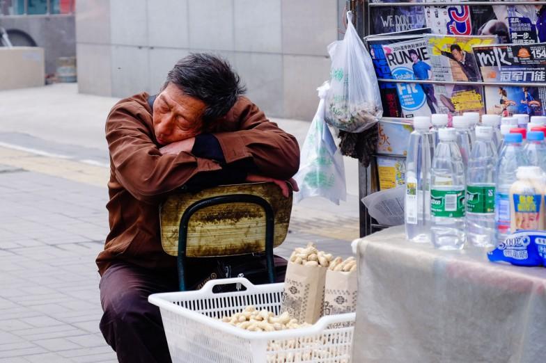 Der Chinese neigt ja dazu jede sich bietenden Gelegenheit für ein kleines Nickerchen zu nutzen.