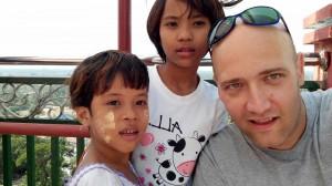 Gruppenselfie mit neugierigen Burmesenmädchen